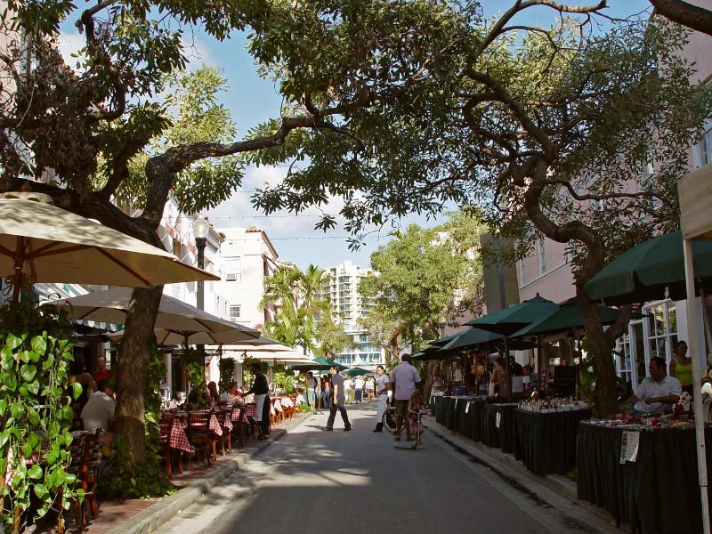 Española Way pedestrian street market