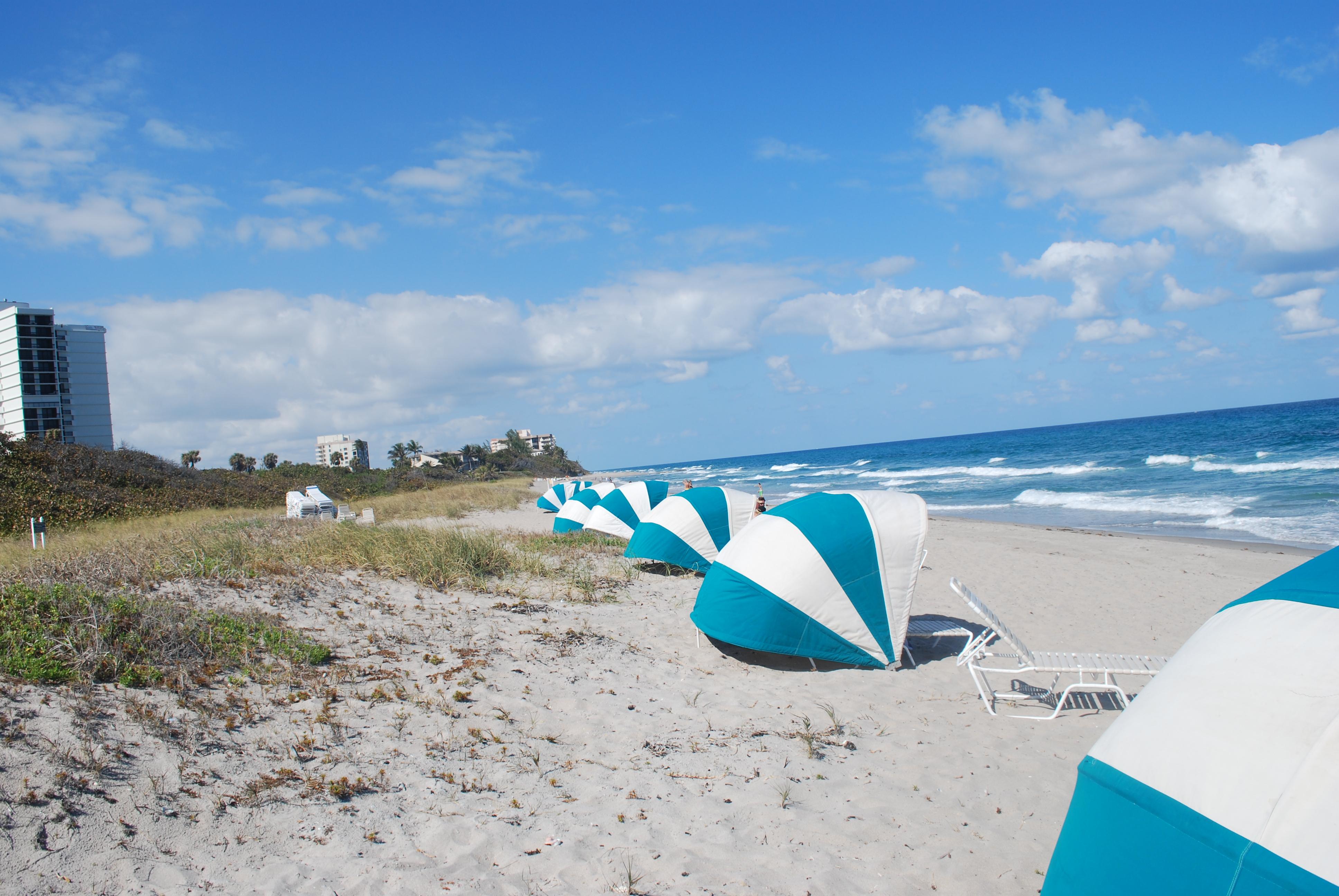 Looking_south_on_beach_at_Boca_Raton,_Florida