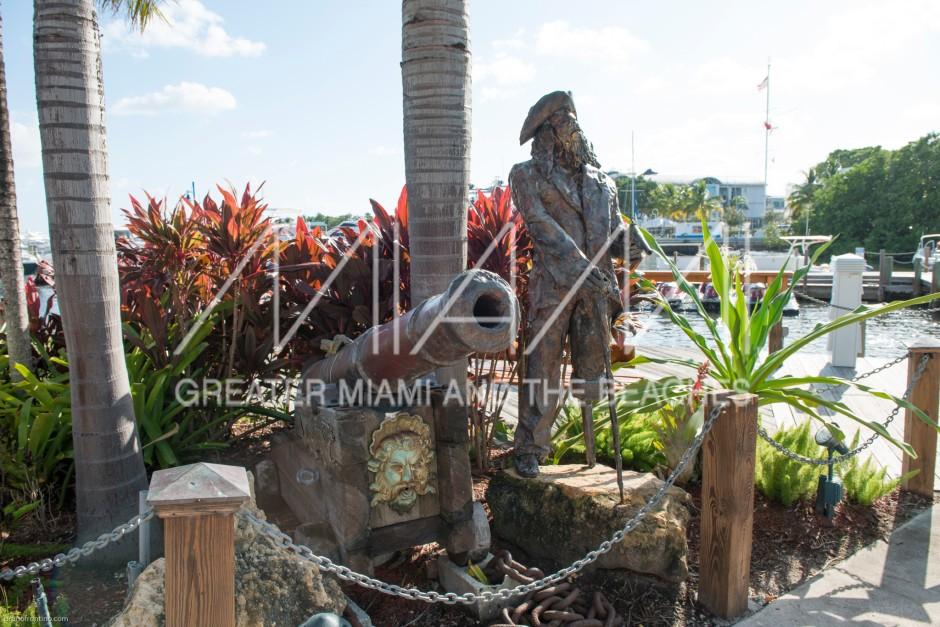 Monty's restaurant pirate statue.jpg